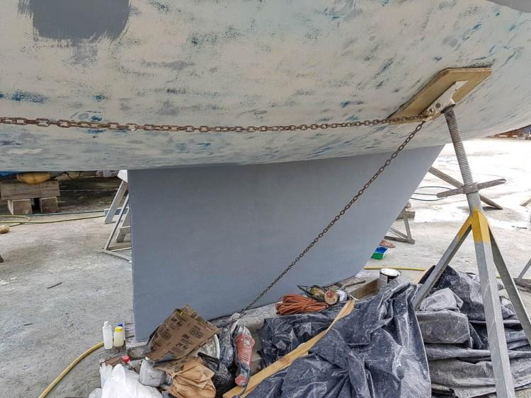 Quille du bateau avec la dernière couche de primaire.