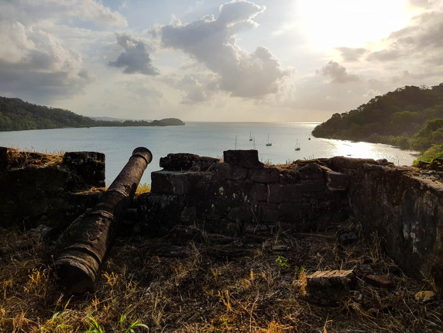 Canons visant la baie de Portobelo, au Panama.
