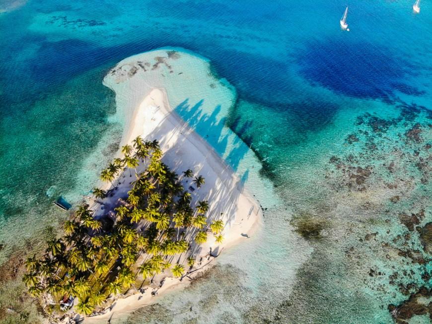 Vue du ciel d'un îlot des San Blas, au Panama.