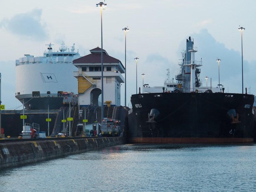 Cargos dans les Miraflores locks sur le canal de Panama.