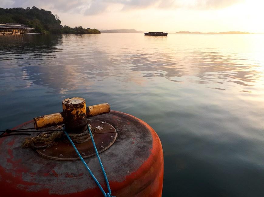 Bouée pour s'amarrer pour la nuit sur le lac Gatun.