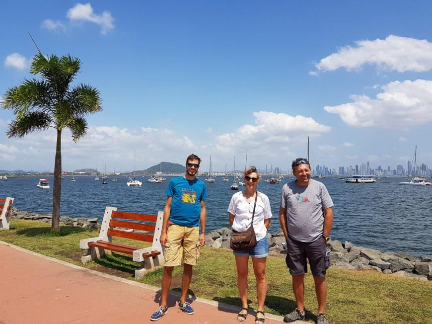 Sur la presqu'île Amador, avec Panama City et ses gratte-ciels au loin.