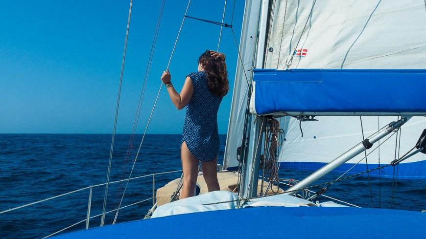 Anaïs sur le pont de Manwë pendant notre traversée de l'océan Pacifique.