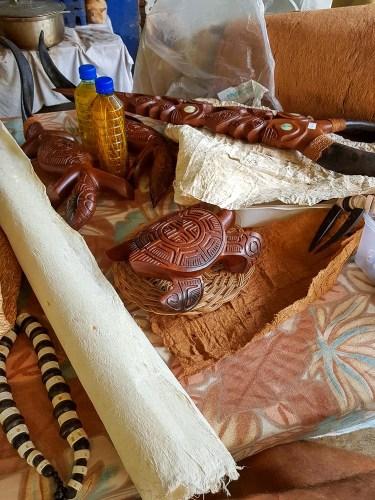 Objets en bois fabriqués à Omoa sur Fatu Hiva.