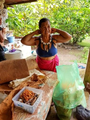 Vente de colliers chez un adorable couple marquisien à Omoa.