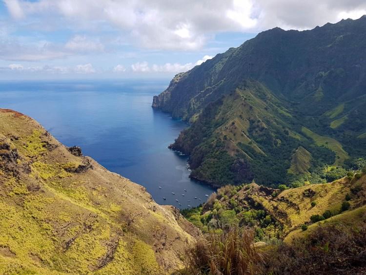 La baie de Hanavave vue du ciel sur l'île de Fatu Hiva.