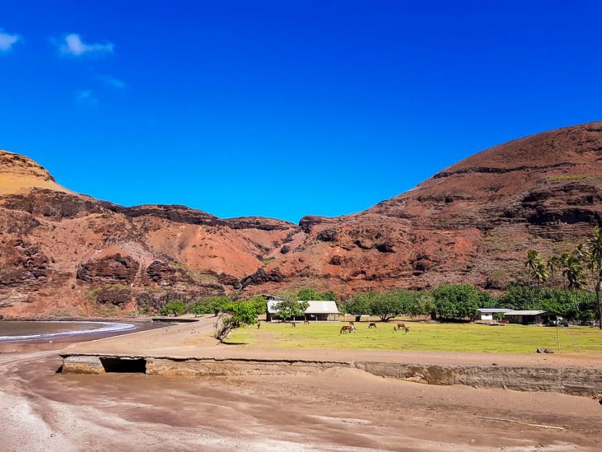 Devant le village de Vaipee, près du rivage, sur l'île de Ua Huka aux Marquises.