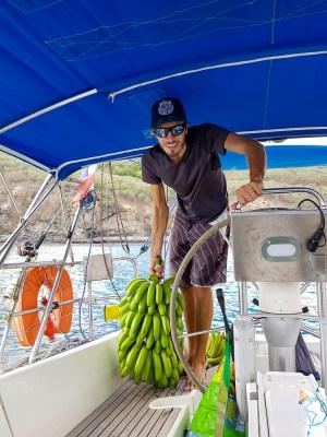 Régime de bananes récupéré sur Ua Pou et monté à bord.