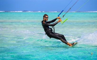 Damien qui fait du kitesurf sur le bleu turquoise du lagon de Fakarava.