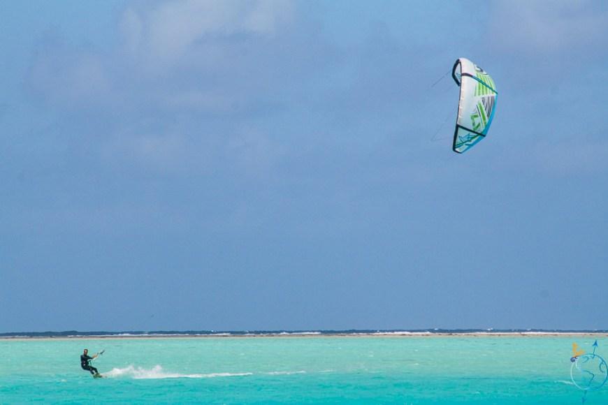 Damien faisant du kitesurf avec son aile de 11m².