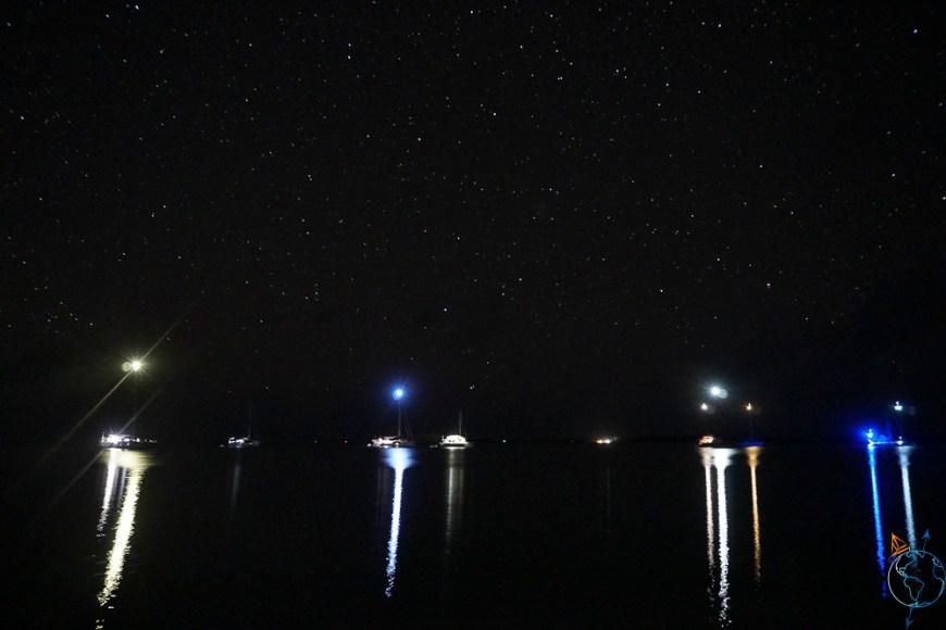 Vue nocturne des bateaux avec leur feu de mouillage.