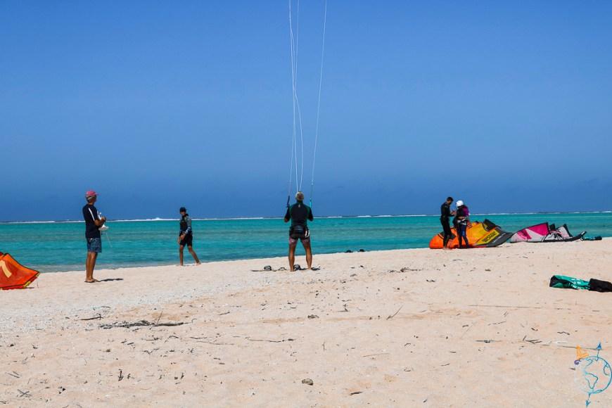 Kitesurfeurs sur la plage d'Hirifa, au sud est de Fakarava.