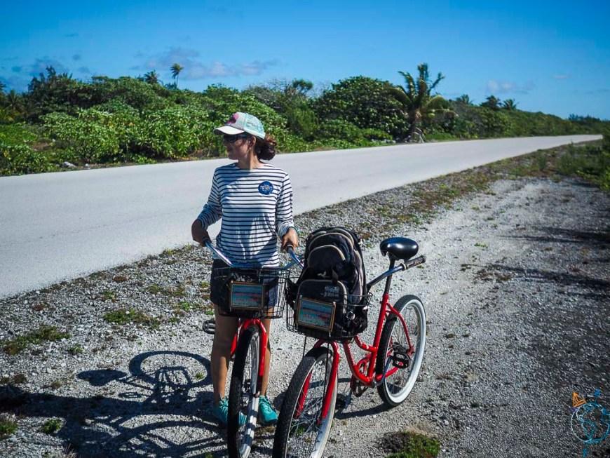 En vélo sur les routes de Rotoava au nord de l'atoll de Fakarava.