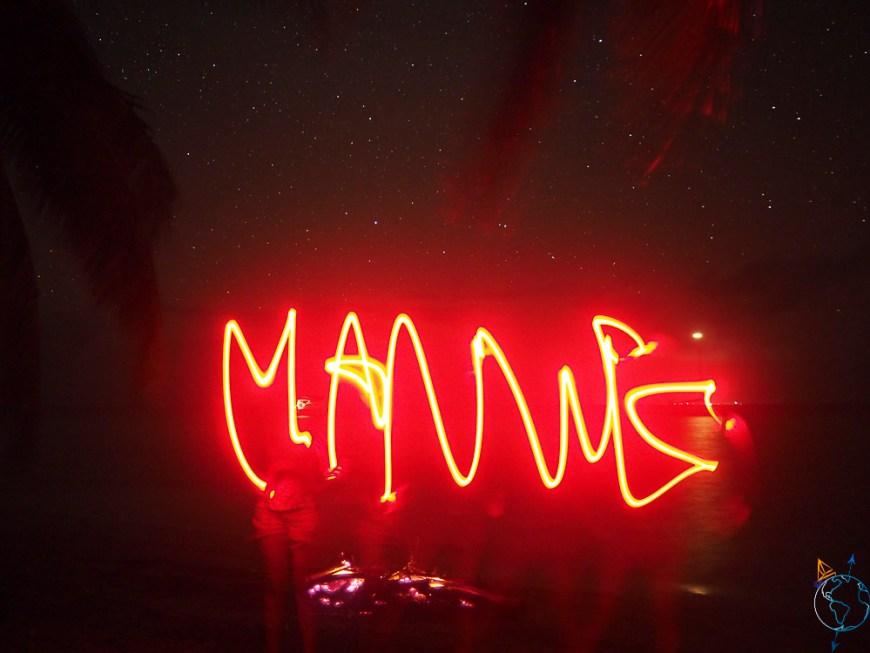 Jeu de lumière de nuit sur un motu de l'atoll de Makemo.