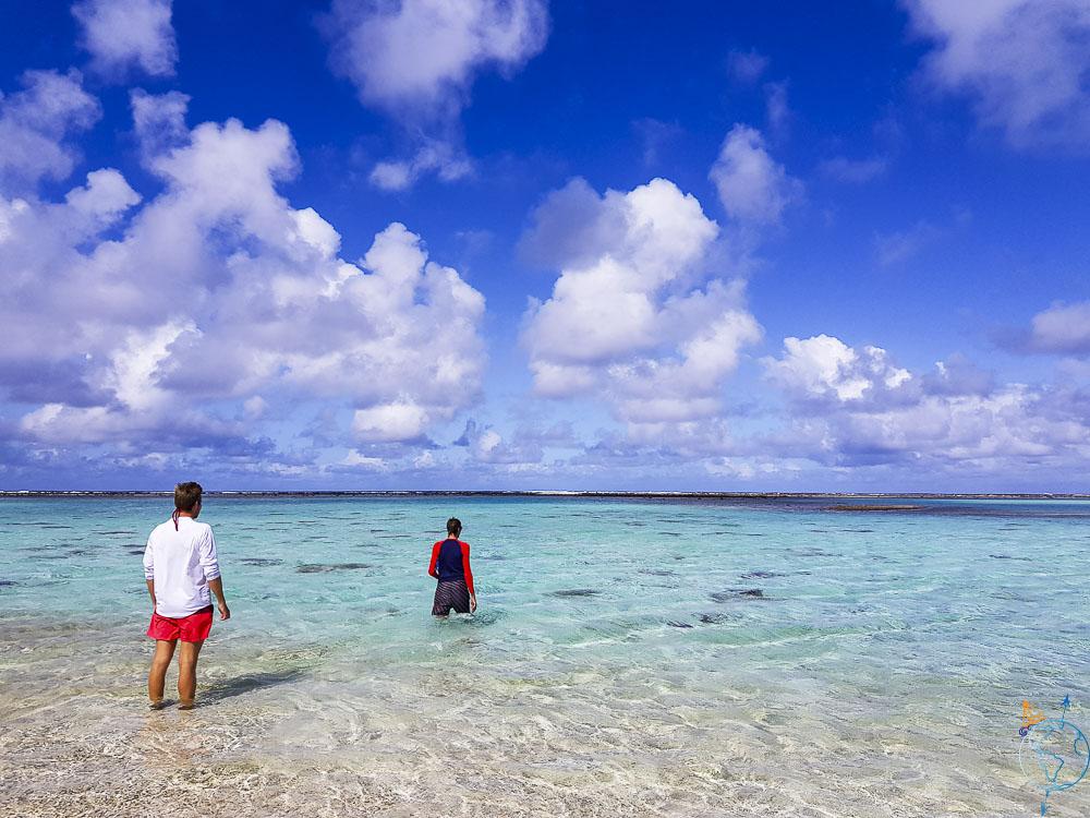 Les pieds dans l'eau turquoise et transparente à Makemo.