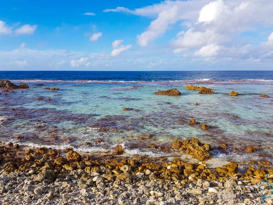 Barrière de corail entre lagon et océan aux Tuamotu.