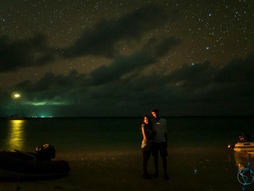 Photo de couple en amoureux sous la Voie Lactée à Makemo.