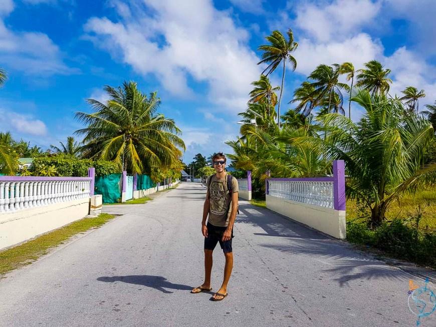 Promenade sous le soleil dans les rues du village de Makemo.