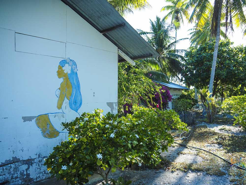 Vahine peinte sur un des bungalows du mini resort.