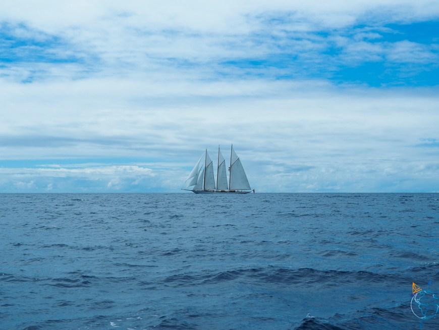 Yacht de luxe naviguant vers l'atoll de Toau.