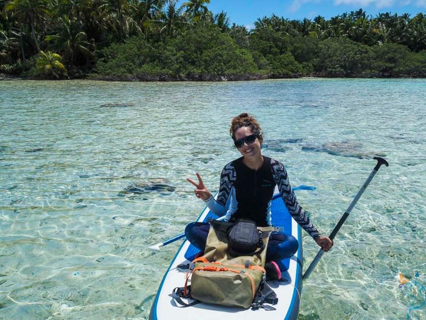 Anaïs sur l'eau transparente du Lagon Bleu de Rangiroa.