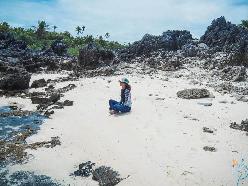 Méditation sur la plage d'un des motu aux récifs au sud de l'atoll.