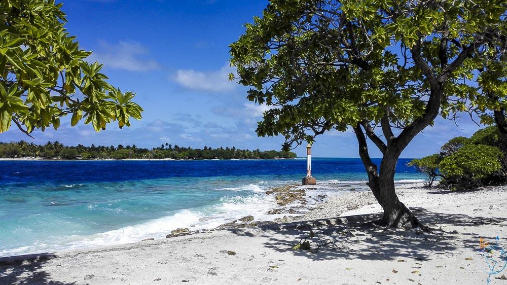 La passe de Tiputa et ses vagues au nord de l'atoll de Rangiroa.