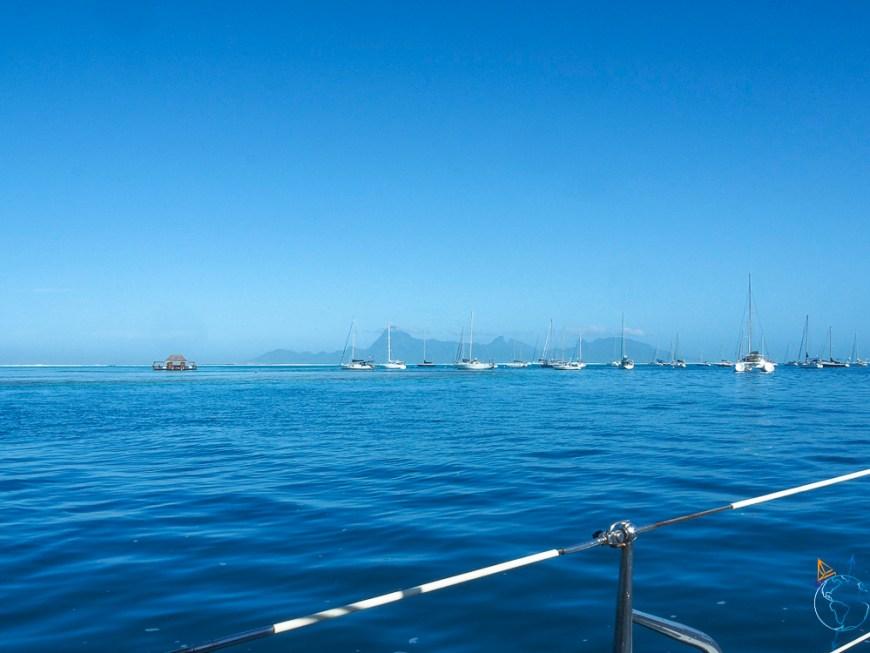 Vue sur Moorea depuis le lagon de Tahiti à l'ouest.