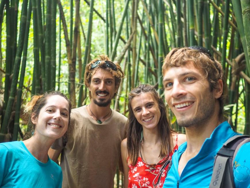 Photo entre amis dans une forêt de bambous à Moorea.
