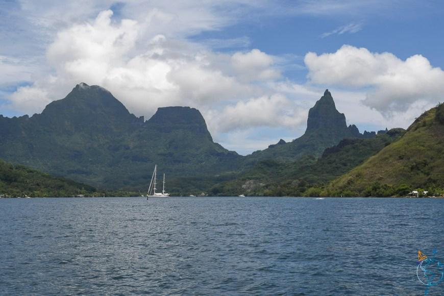 Le mont Tohiea dans le fond de la baie d'Opunohu.