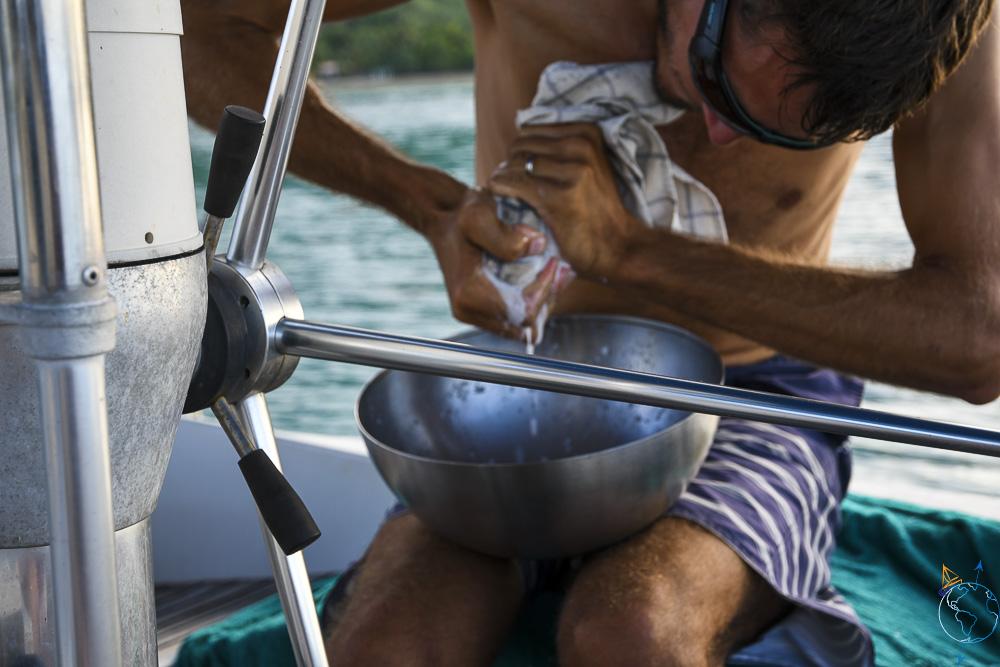 Pressage de la pulpe de coco pour faire du lait de coco maison.