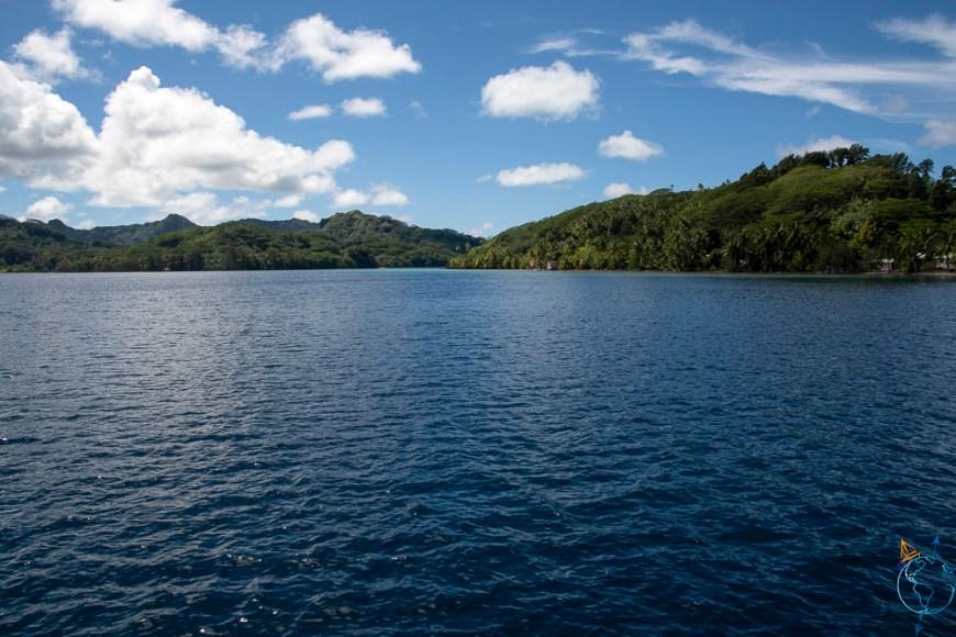 L'île de Huahine vue depuis son lagon à l'ouest.