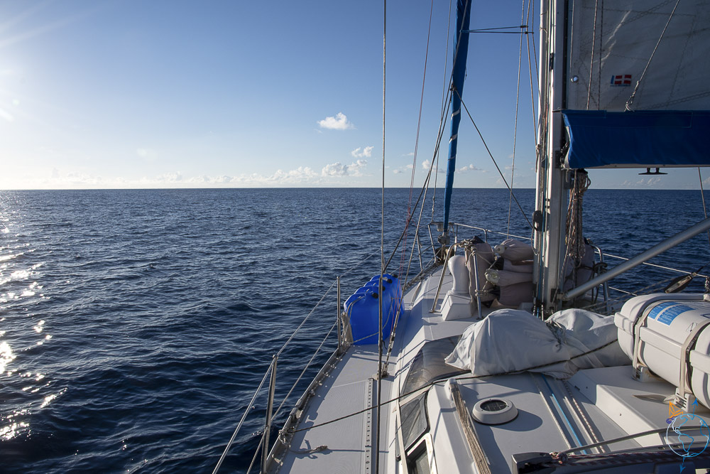 Manwë face à la mer pour naviguer jusqu'à l'île de Huahine.