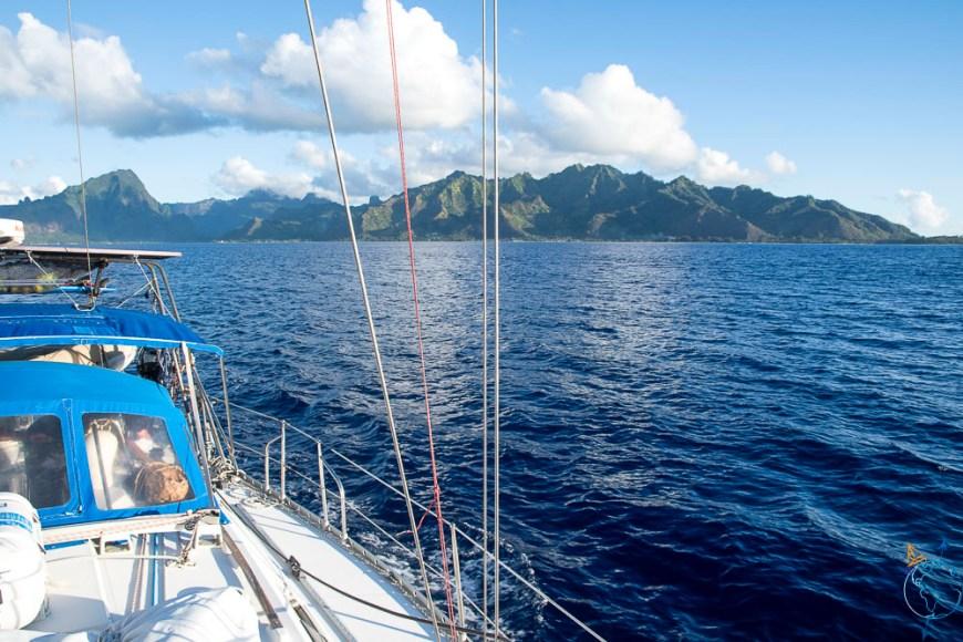 Moorea qui s'éloigne lors de notre navigation vers Huahine.