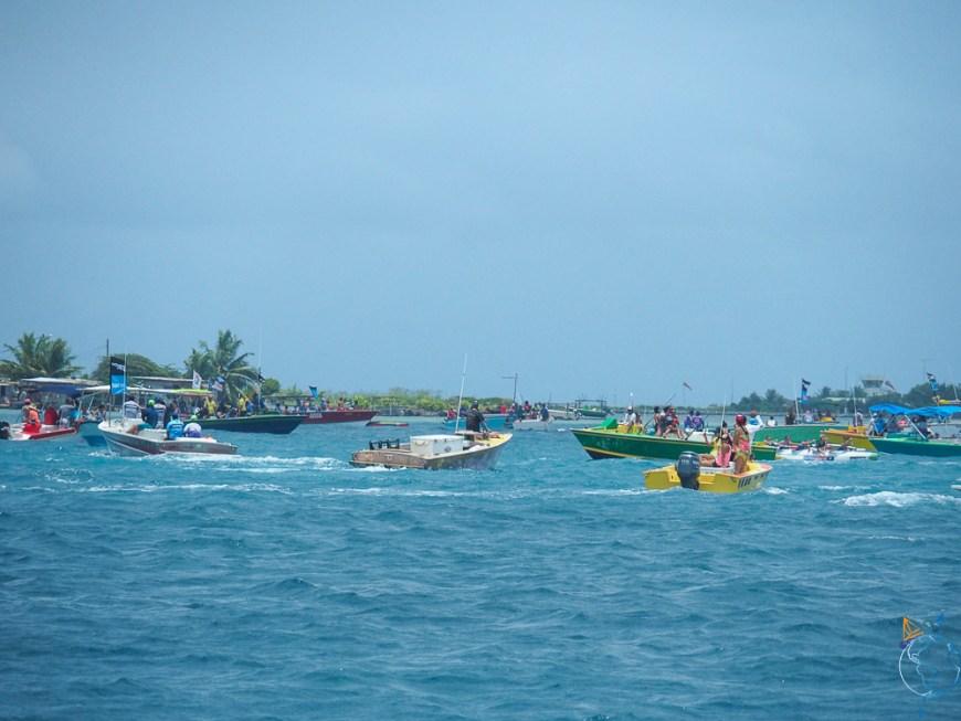 Bateaux à moteur et voiliers suivant la Hawaiki Nui Va'a.