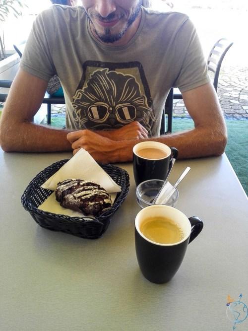 Petit goûter au salon de thé de Uturoa sur l'île de Raiatea.