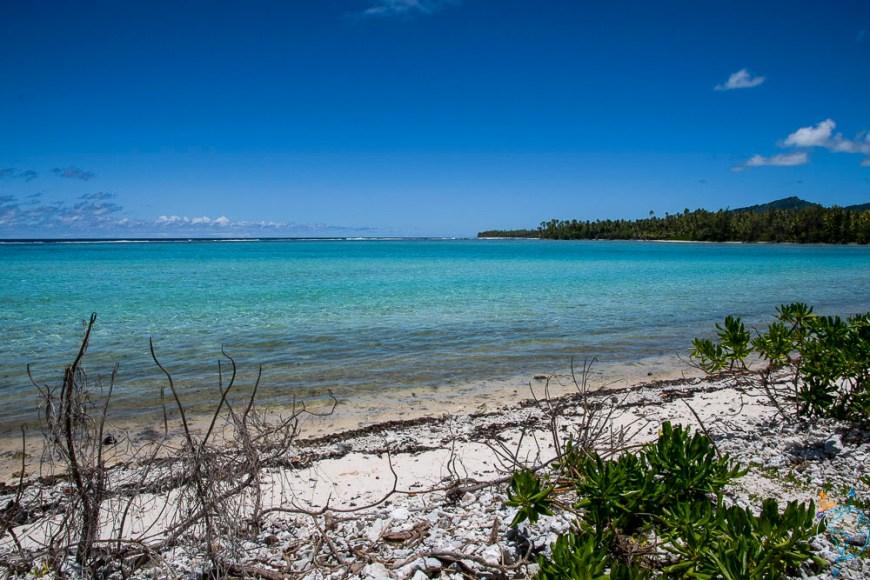 Les belles couleurs du lagon avec la barrière de corail au loin.