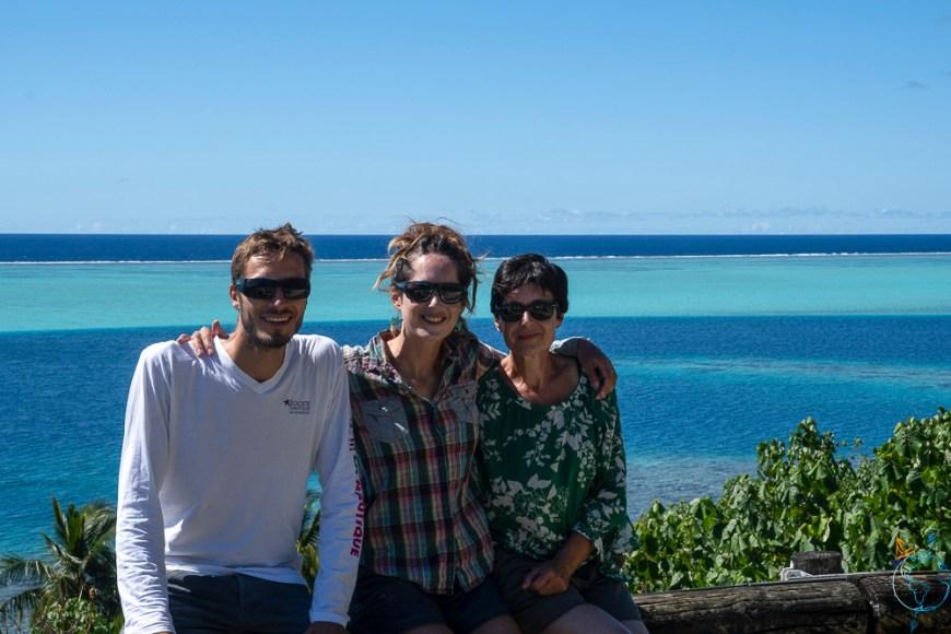 Photo de famille devant le lagon au sud de Huahine.