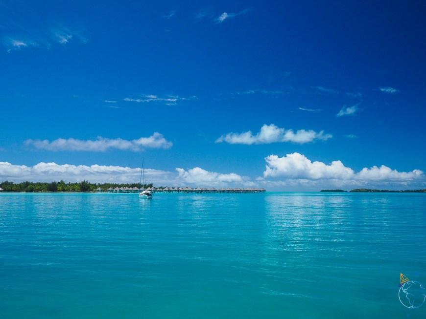 Les belles nuances de bleu du lagon et du ciel de Bora Bora.