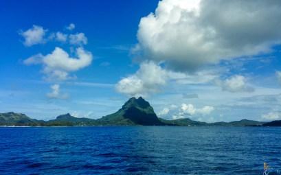 Bora Bora qui s'approche à l'horizon, dans les îles de la Société.