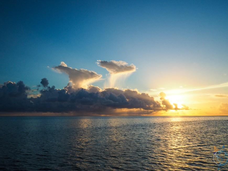Coucher de soleil et nuages sur l'horizon.