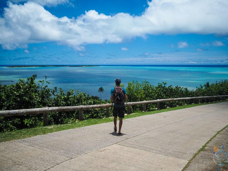 Passage au sud de l'île de Maupiti sur la route.
