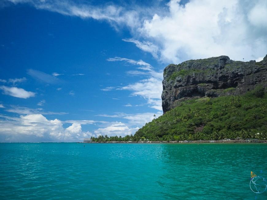 Falaise au sud de l'île de Maupiti.