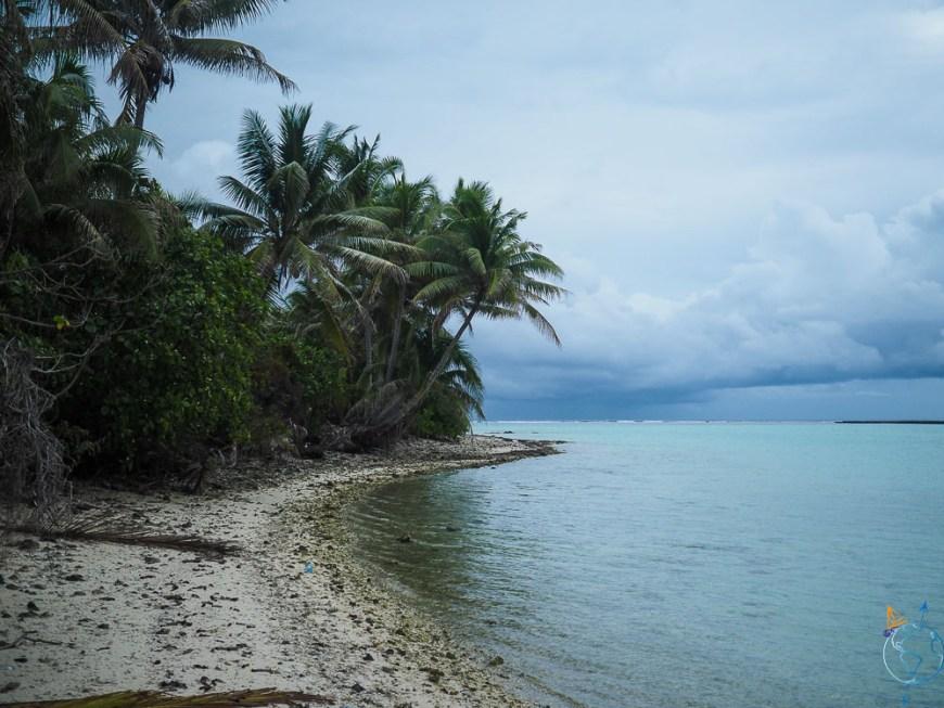 Randonnée sur le rivage du motu Tuanai à l'est de Maupiti.