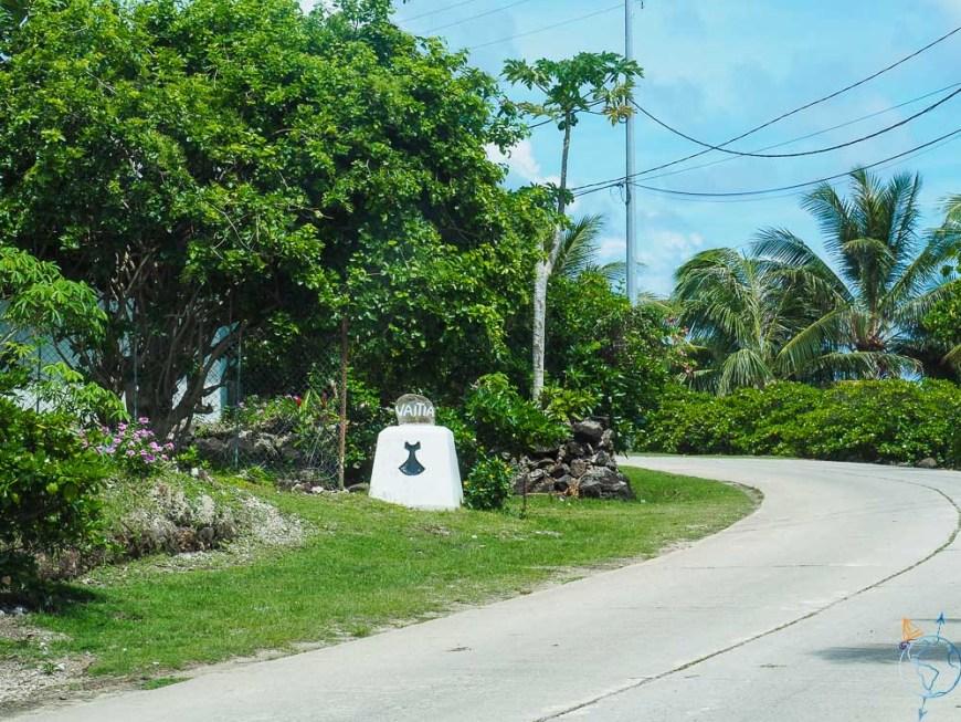 Penu, symbole de Maupiti, sur une borne kilométrique.