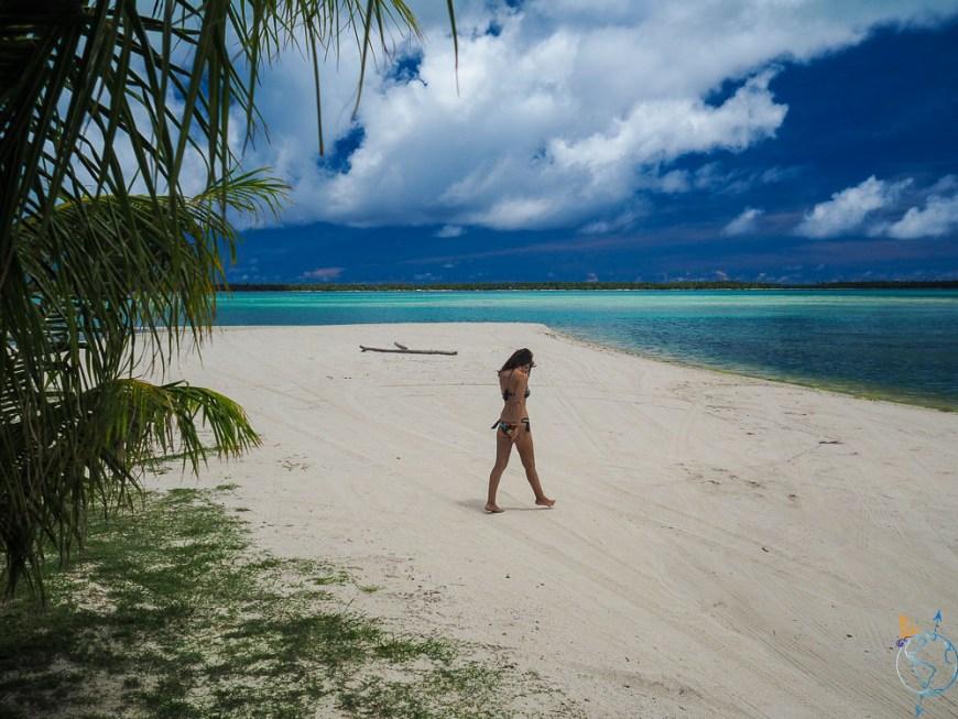 Le sable blanc de la plage Tereia à l'ouest de Maupiti.