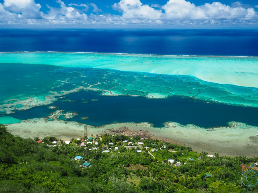 Vue sur le lagon depuis les hauteurs de Maupiti, sur les sédiments et les coraux.