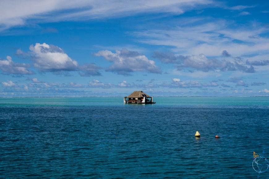 Jolie vue sur le lagon au sud de Huahine, avec une maison traditionnelle sur l'eau.