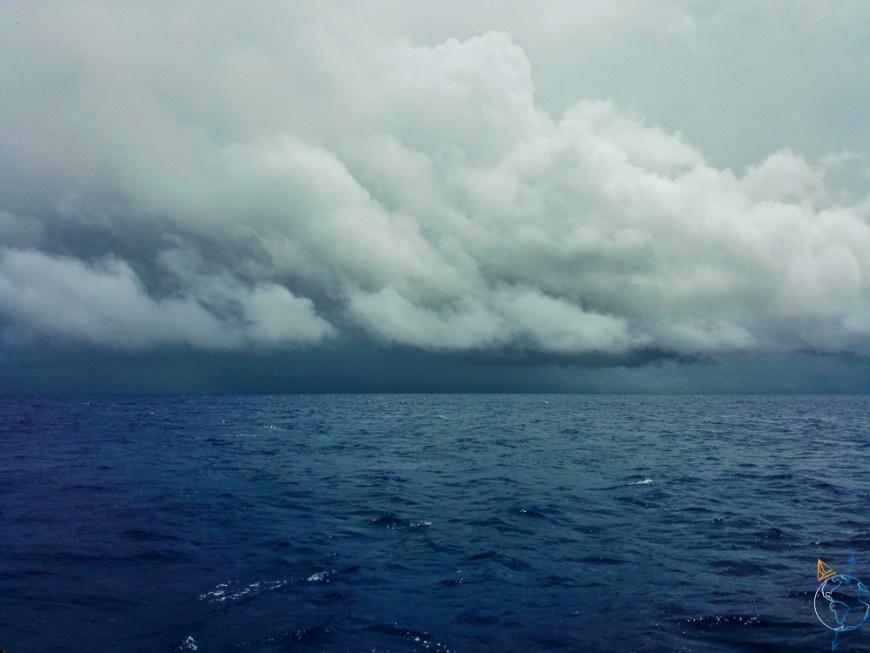 Nuages noirs sur l'île de Raiatea.