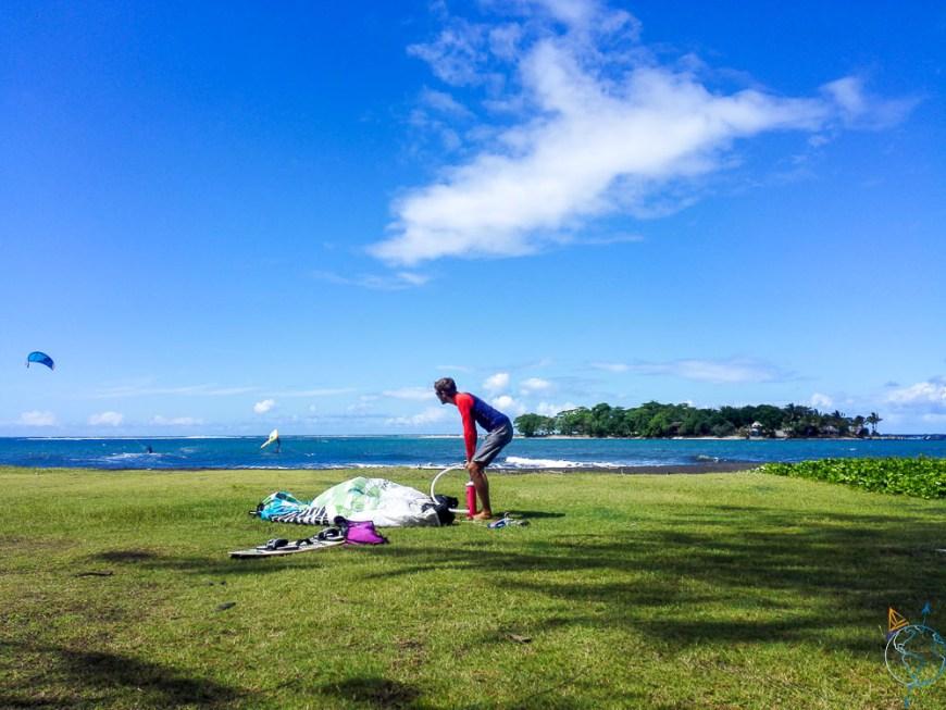 Damien grée son matériel de kite sur motu Martin sur Tahiti.